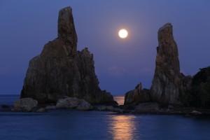 満月が照らす橋杭岩